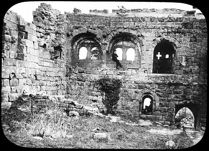 Deux hommes posant dans les ruines