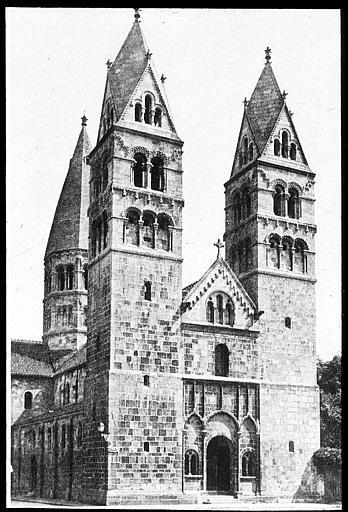 Les deux tours et le portail principal