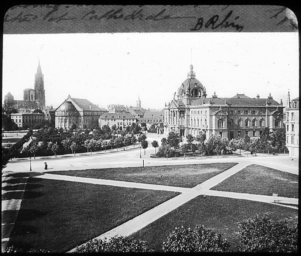A l'arrière plan, le théâtre et la cathédrale