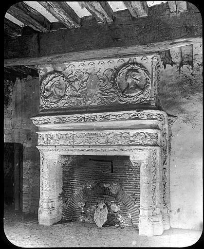 Intérieur, cheminée Renaissance