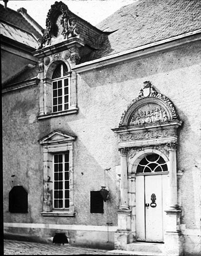 Fenêtres et porte d'entrée en façade