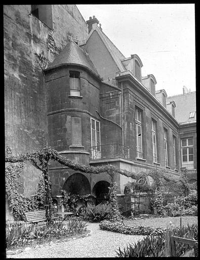 Vue partielle de la façade donnant sur le jardin