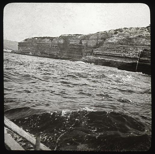 Falaise et grotte de la Dragonnade, vue prise du bateau