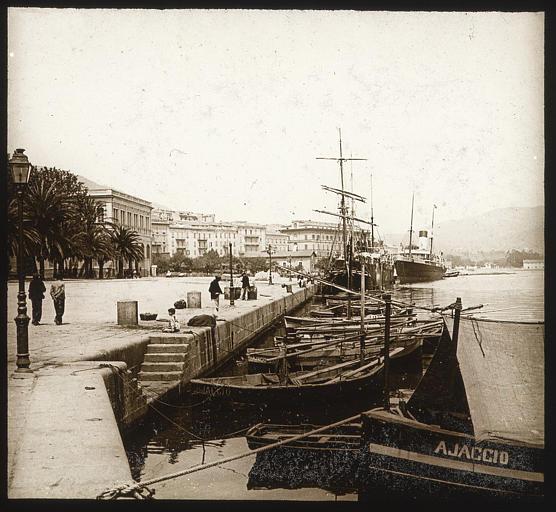 Vue d'ensemble des bateaux et de la place aux palmiers