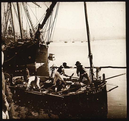 Cinq marins quittant le port en barque