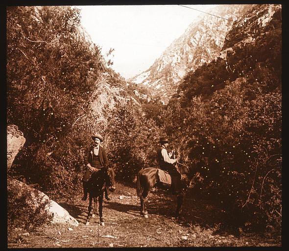 Deux hommes à dos d'âne au fond du défilé de la Spelunca