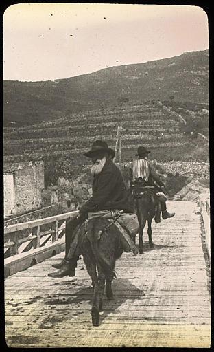Paysans à dos d'âne passant le pont sur la Sagone
