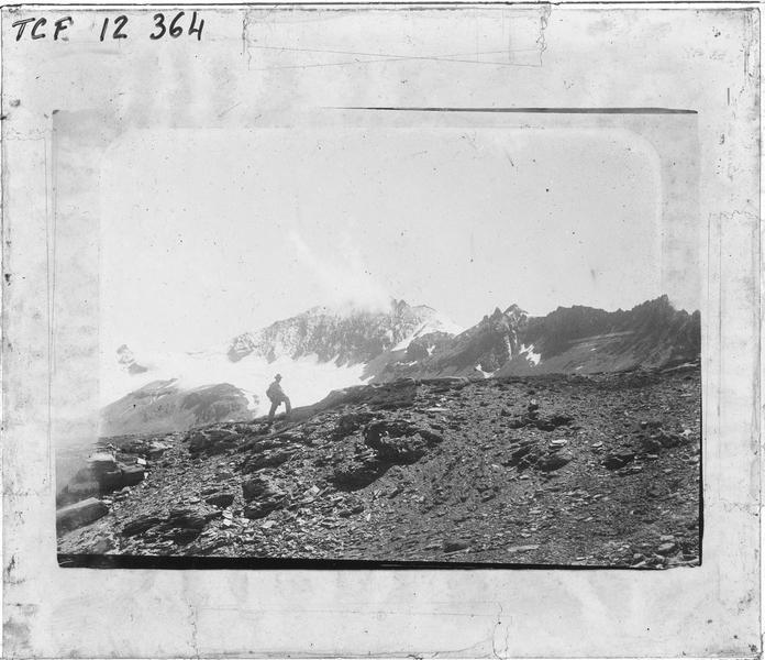 Alpes bernoises, paysage de montagne : sommet enneigé et alpiniste