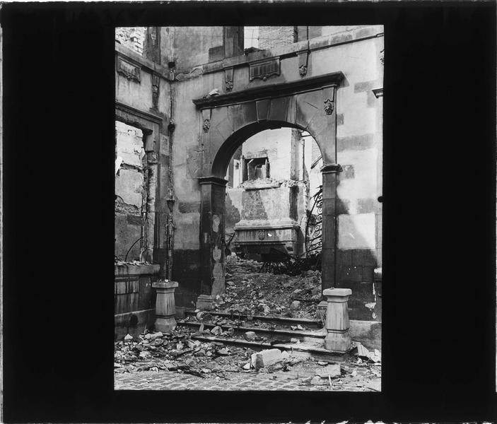 Porche et intérieur avec cheminée armoriée en ruines (hôtel bombardé le 18 septembre 1914)