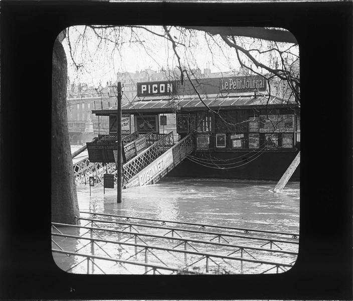 Crue de la Seine : embarcadère depuis le quai inondé