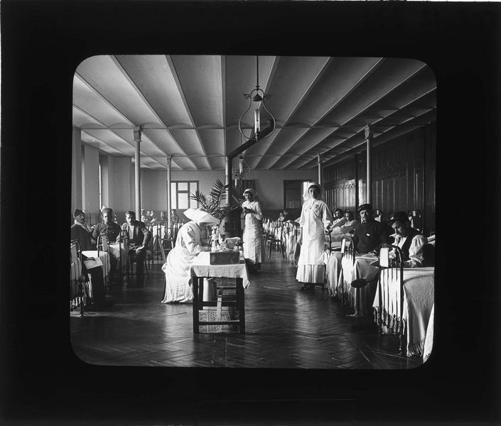 Intérieur, salle des malades : convalescents et infirmières (Soeurs de la Charité)