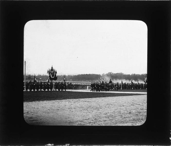 Revue de Vincennes, la visite des souverains anglais : régiments alignés derrière les porte-drapeaux