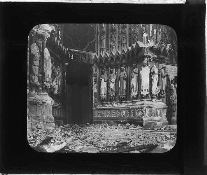 Façade ouest, portail nord en ruines (cathédrale bombardée en septembre 1914)