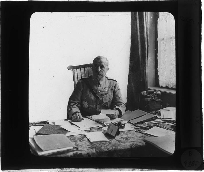 Le général Nivelle assis à son bureau