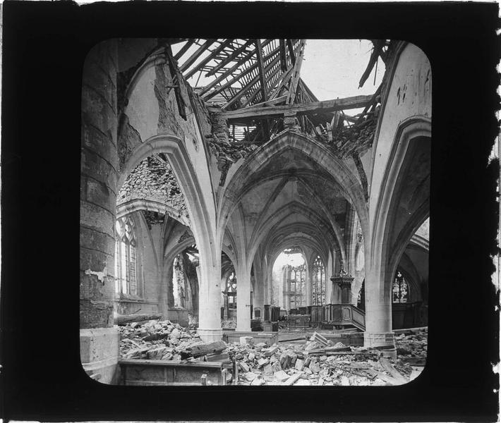 Intérieur : nef avec chaire à prêcher vers le choeur en ruines et toit éventré (église bombardée le 12 septembre 1914)