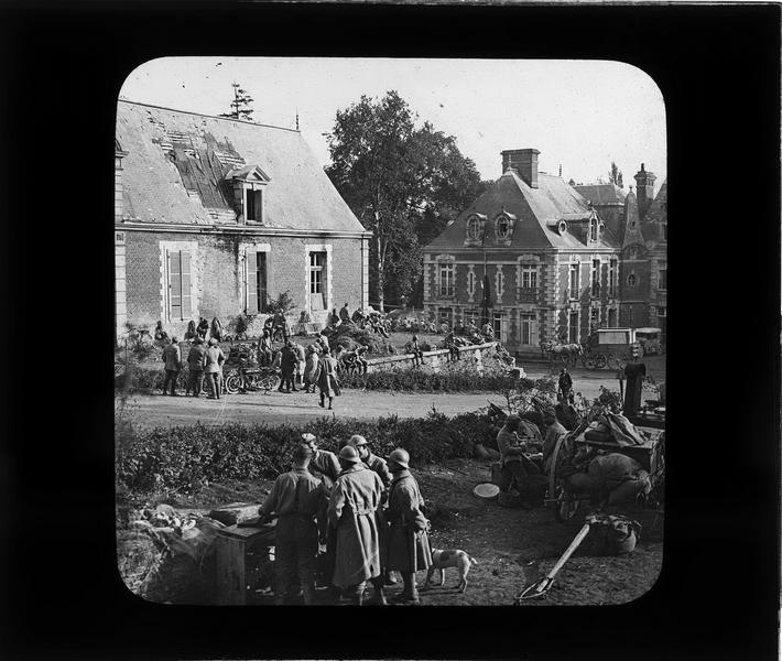 Cour du château, côté nord ; Cantonnement des troupes françaises