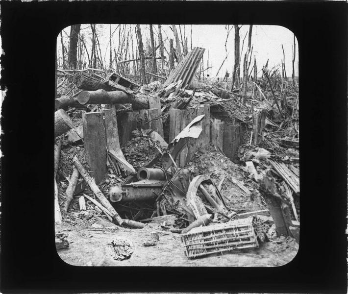 Abri allemand dans un bois avec canon de 105 mm détruit par les troupes françaises