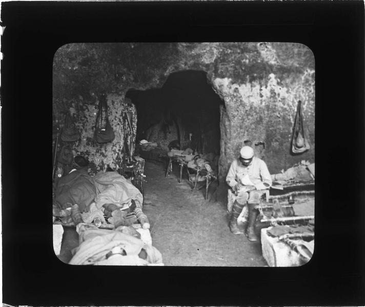 Soldats français au repos dans une carrière souterraine (creute) transformée en abri