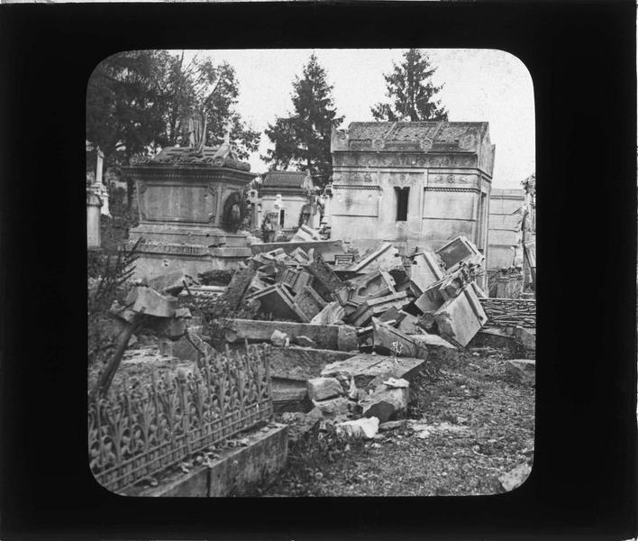 Caveaux en ruines (cimetière bombardé en 1914-1915)
