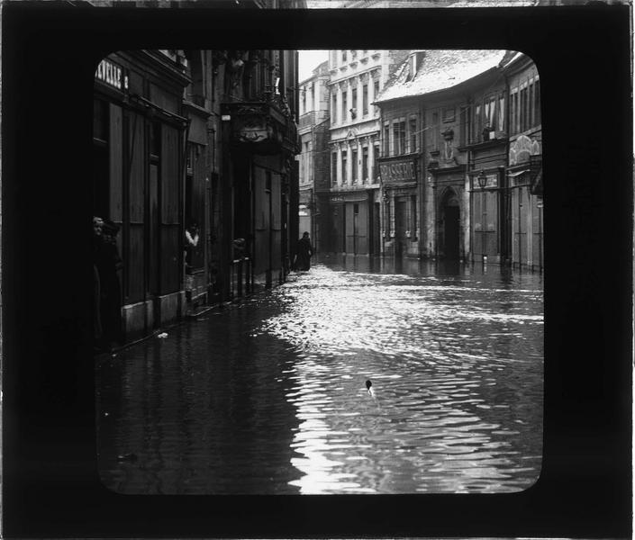 Crue du Doubs : façades sur rue inondée et habitants