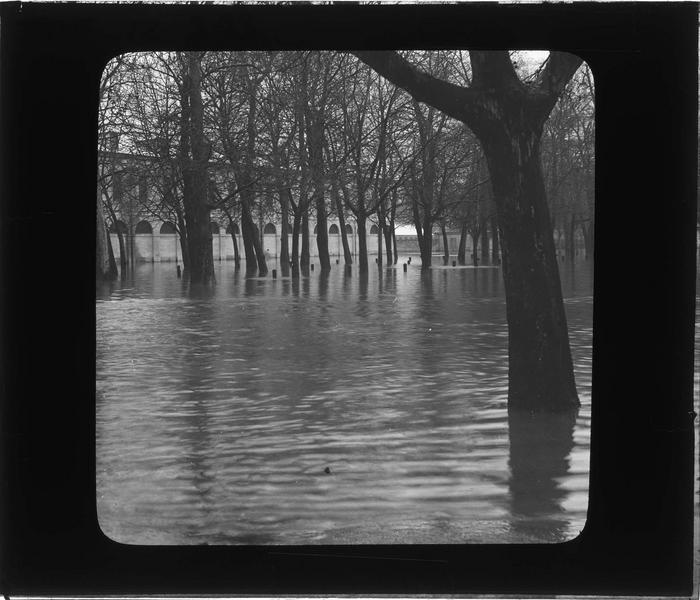 Crue du Doubs : façade sur parc inondé