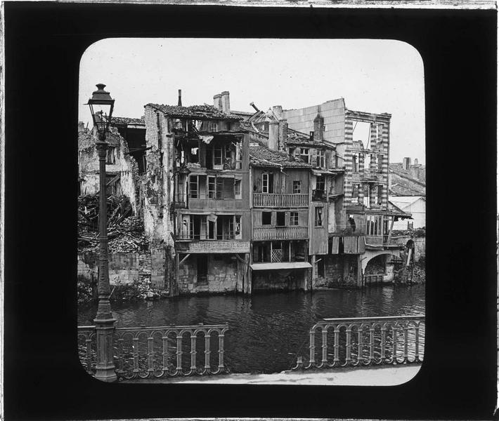 Façades en ruines sur la Meuse depuis le quai de la République (ville bombardée en 1916)