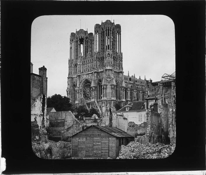 Cathédrale, côté sud-ouest, et maisons en ruines rue de Chanzy