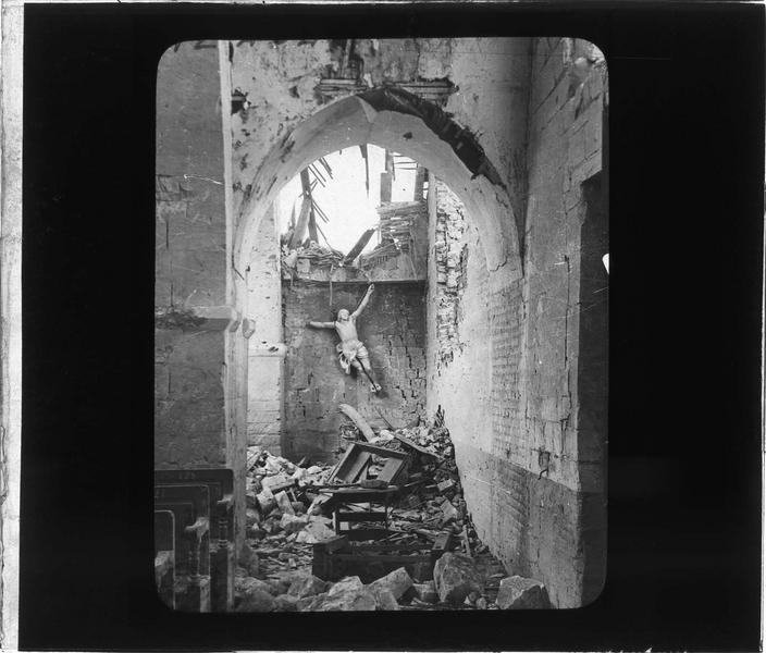 Intérieur : bas-côté en ruines et Christ mutilé
