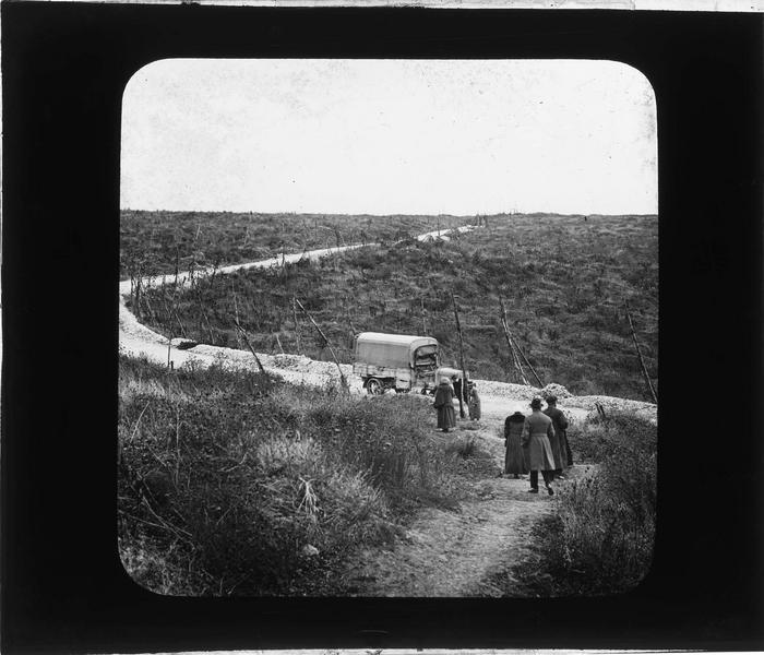 Tranchée de Thiaumont, vue animée avec camion et groupe sur un chemin