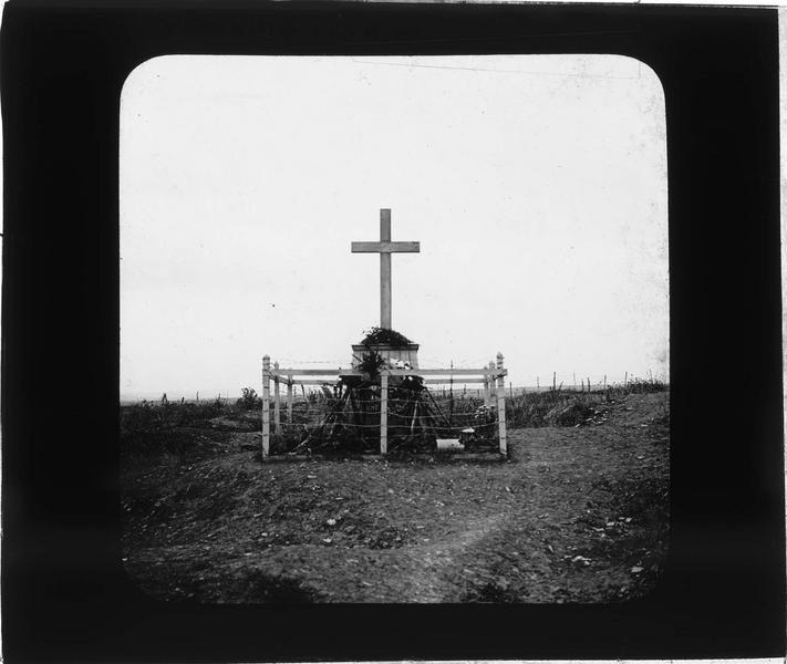 Stèle en bois érigée à la mémoire des soldats du 137e régiment d'infanterie