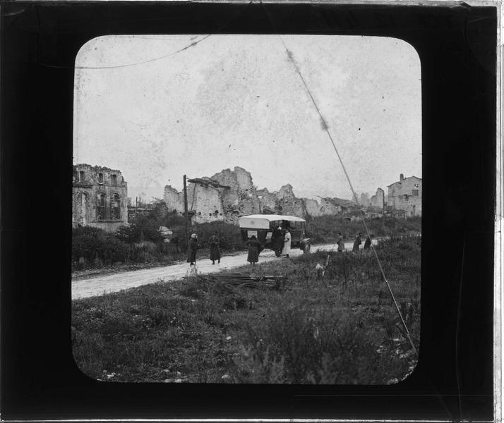 Ensemble en ruines, vue animée avec camion et groupe