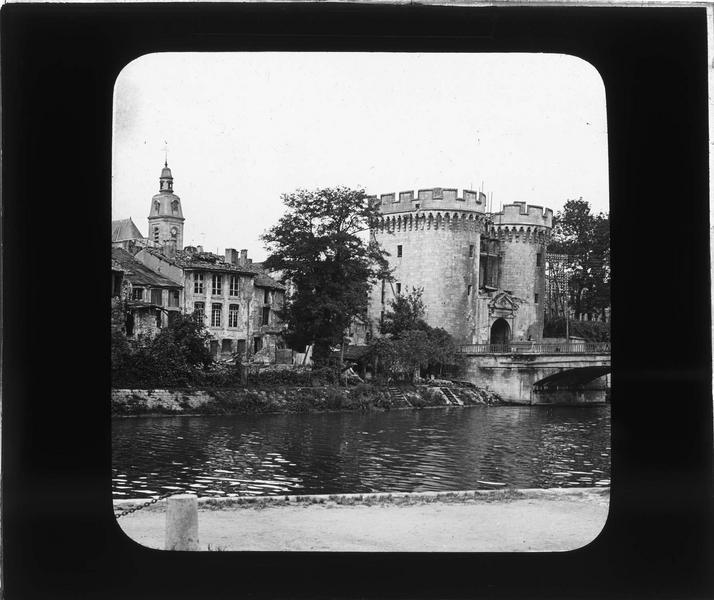 Ensemble sur la Meuse et maisons en ruines