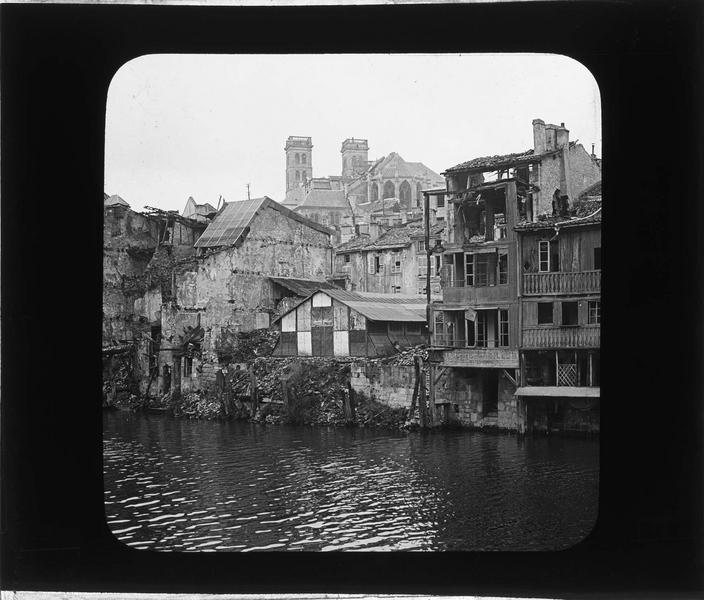Façades en ruines sur la Meuse depuis le quai de la République, et cathédrale Notre-Dame-de-l'Assomption en arrière-plan (ville bombardée en 1916)