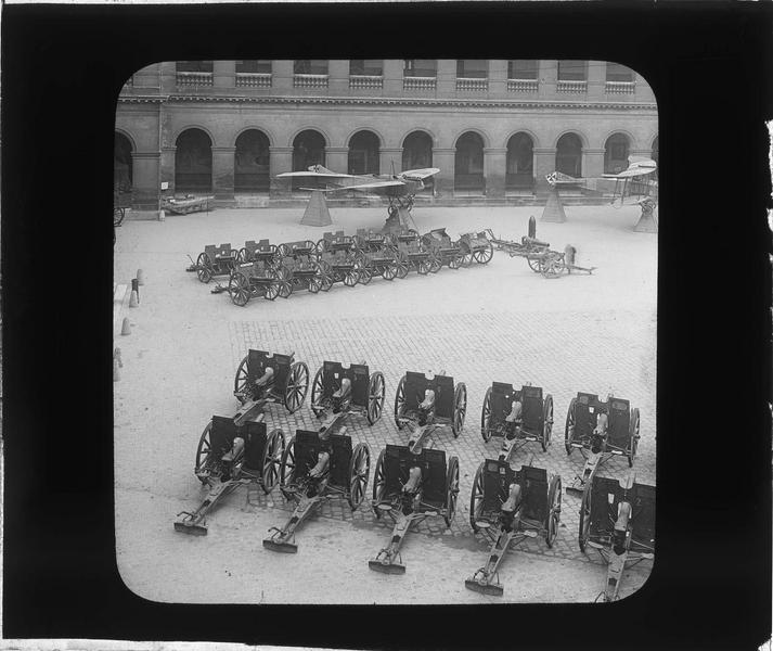Cour d'honneur, exposition de canons et aéroplane Taube pris aux Allemands (trophées de guerre)