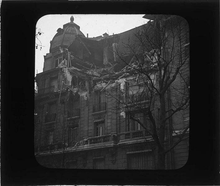 Toiture et façade en ruines, dégâts causés par le raid des bombardiers allemands