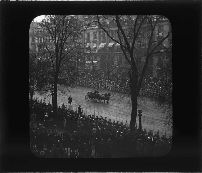 Visite officielle du roi du Royaume-Uni et de ses fils : arrivée en calèche de George V salué par la foule