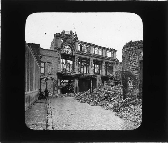 Façade du magasin en ruines