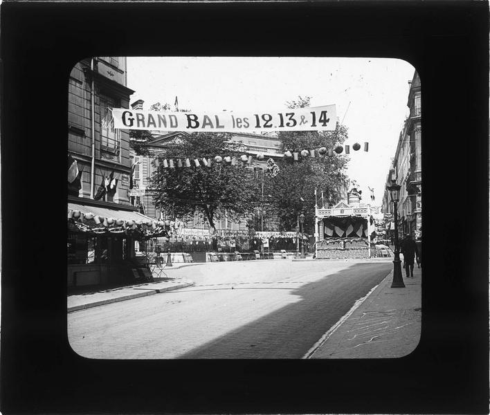 Place ornée d'un podium et de lampions pour le grand bal populaire de la fête nationale française