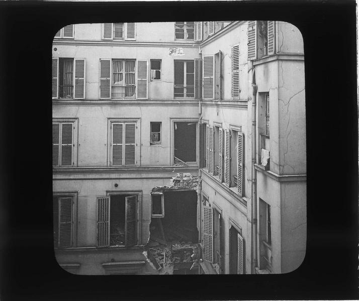 Façade en ruines sur cour intérieure, dégâts causés par le raid des bombardiers allemands