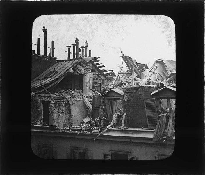 Toiture éventrée après le raid des bombardiers allemands