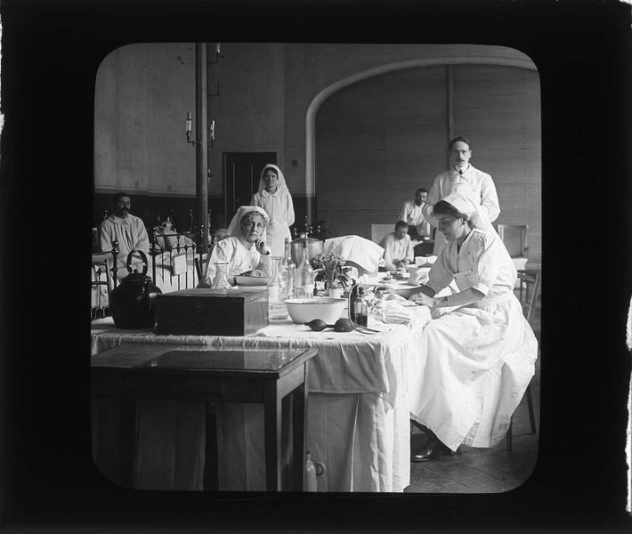 Intérieur, salle des malades : infirmières et médecin