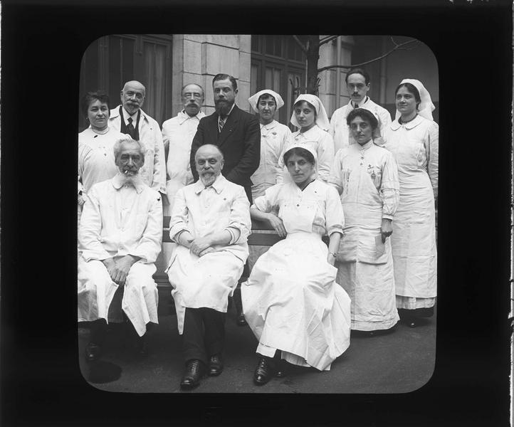 Portrait de groupe : infirmières et médecins posant dans la cour