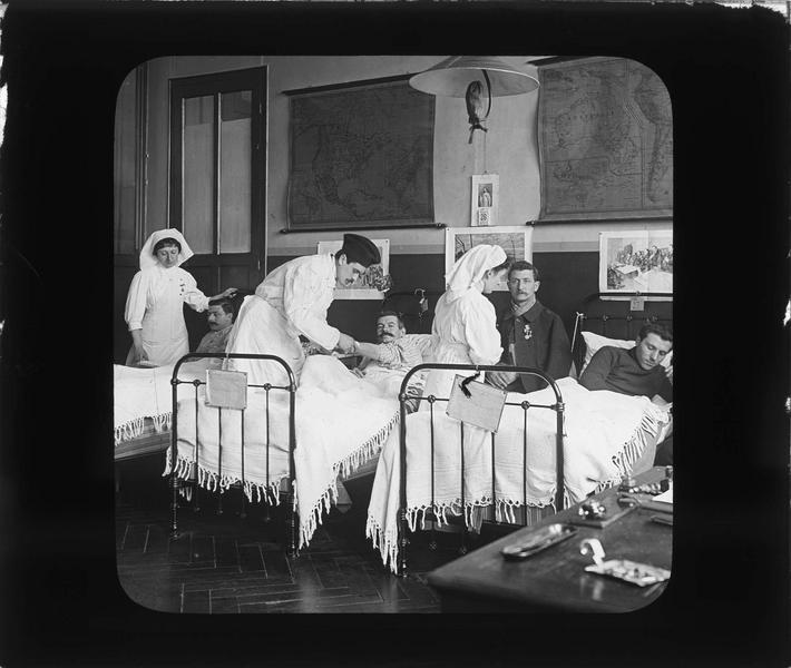 Intérieur, salle des malades : infirmières et médecin au chevet des soldats convalescents