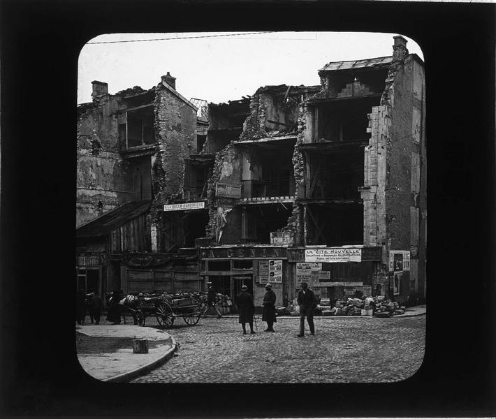 Façades en ruines sur place animée (ville bombardée en 1916)