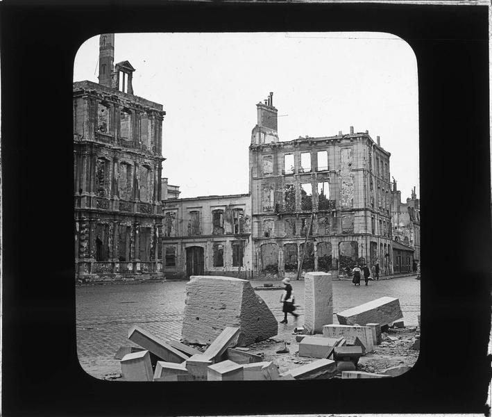 Façade, vue partielle, et maisons attenantes en ruines