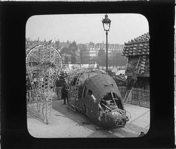 Exposition d'une carcasse de dirigeable (trophée de guerre)
