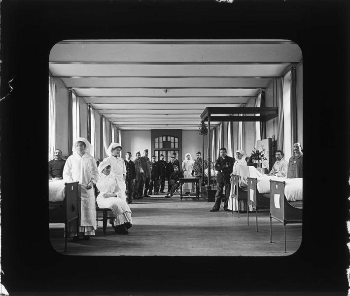 Intérieur, salle des malades : infirmières et soldats