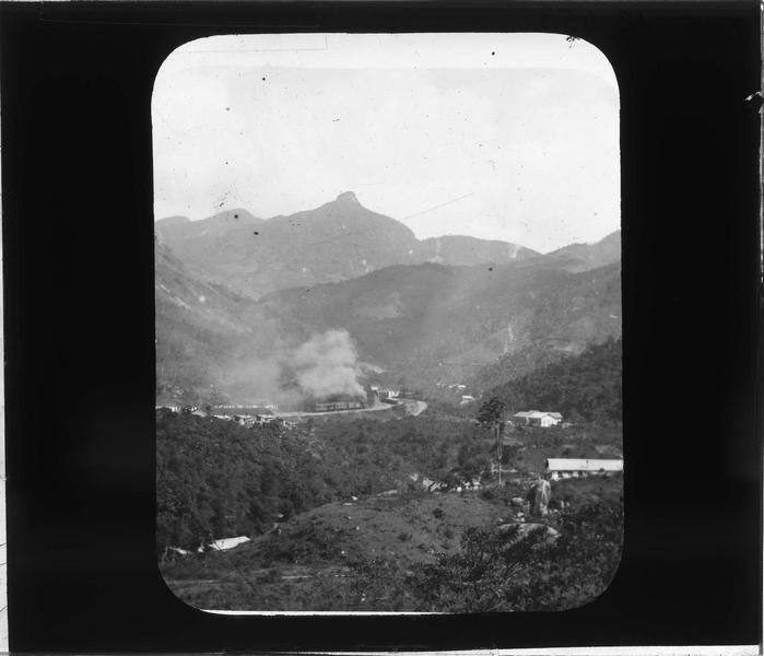 Panorama avec train à vapeur longeant la chaîne montagneuse des Orgues (Serra dos Orgaos)