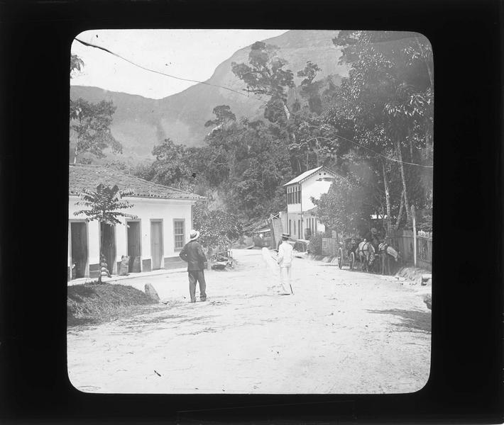 Maisons aux abords de la forêt de la chaîne montagneuses des Orgues (Serra dos Orgaos), vue animée avec hommes et calèche