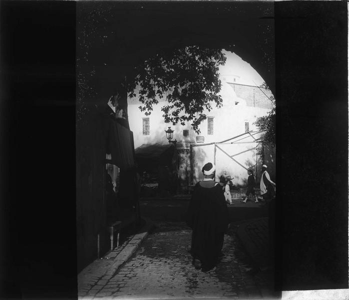 Homme en djellaba de dos près de la mosquée Sidi-Mahrez